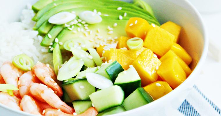 Poké bowl met garnalen, mango en avocado