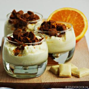 witte chocolademousse met sinaasappel en pepernoten