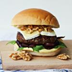 Cheeseburgers met brie en honing-mosterdsaus
