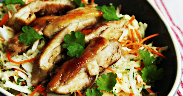 Coleslaw met sticky chicken