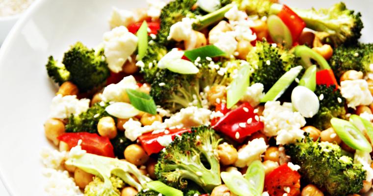 Salade van broccoli en kikkererwten met tahindressing