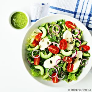 italiaanse salade met pestoderssing