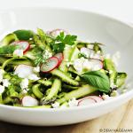 Rauwe aspergesalade met radijsjes, feta en verse kruiden