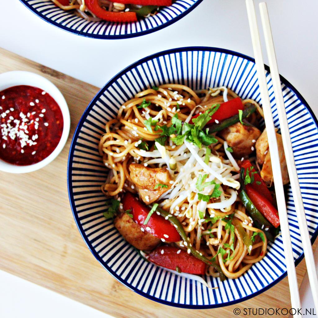 snelle wok met kip en peultjes