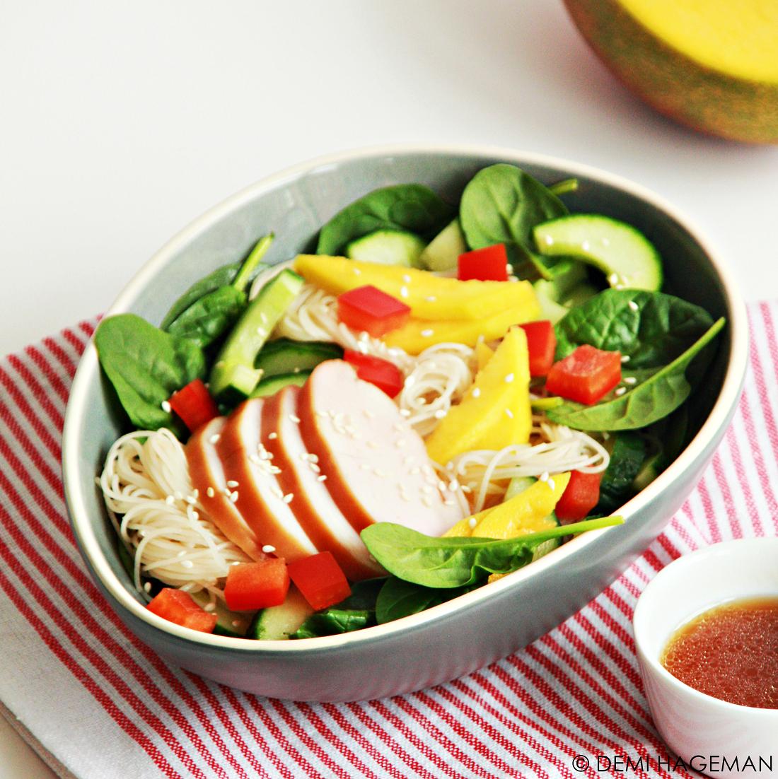 Noedelsalade met kip, mango en spinazie