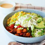 Zoete aardappel bowl met couscous, feta en Srirachasaus