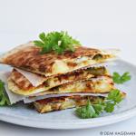 Quesadilla's met gekaramelliseerde uien en jalapeño's
