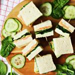 Zalmsandwiches met spinazie, komkommer en roomkaas