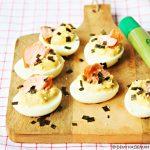 Japans gevulde eieren met wasabi en warmgerookte zalm