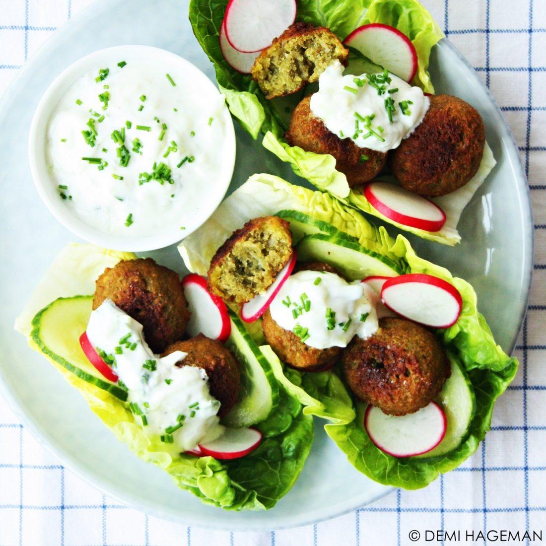 slaschuitjes met falafel en komkommer-yoghurtsaus
