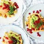 Snel & Simpel: wafels met gerookte zalm, avocado en granaatappel