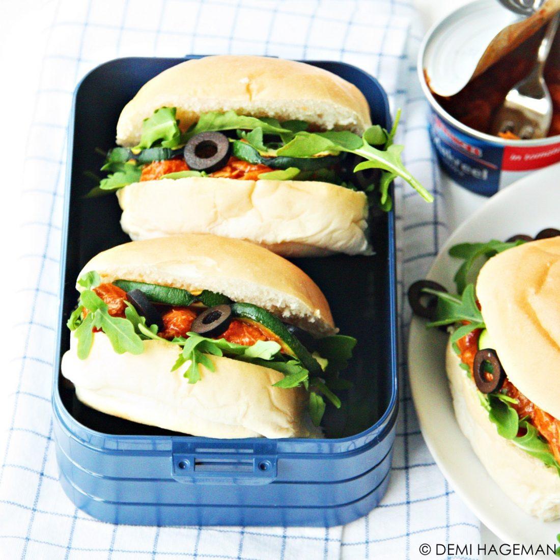 picknickbroodjes met makreel in tomatensaus, gegegrilde courgette en olijven. StudioKOOK.nl Demi Hageman. Princes Foods.