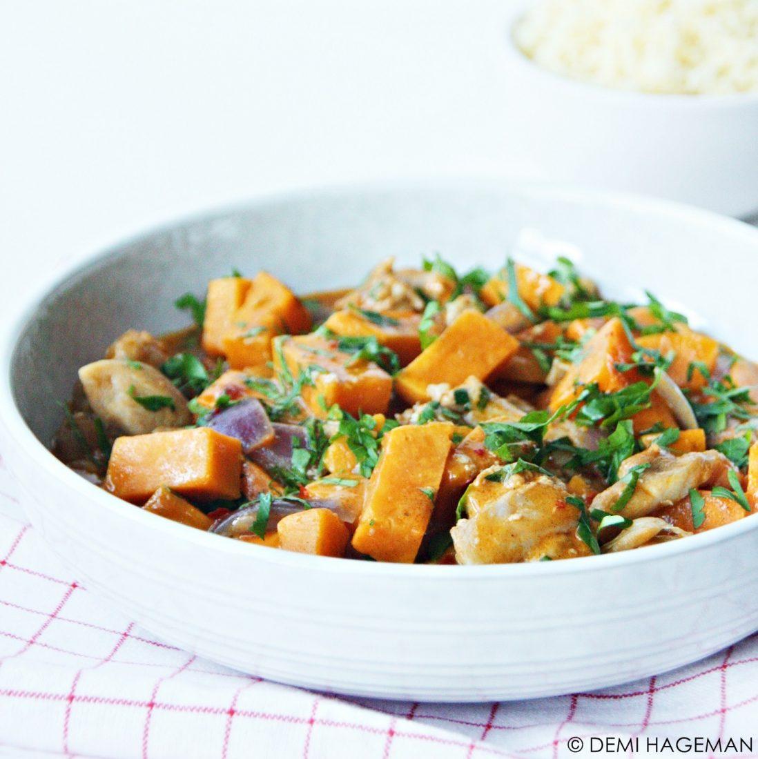rode curry met zoete aardappel en kippendijen