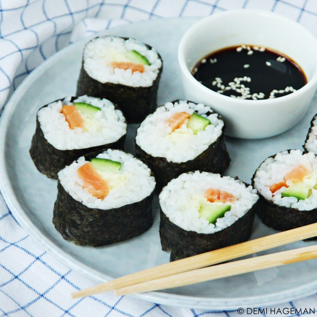 maki sushi met gerookte zalm spitskool en wasabi