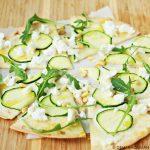 Tortilla-pizza met courgette, mascarpone en geitenkaas