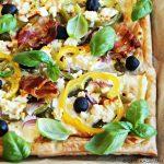 Paprika plaattaart met feta, olijven en spek