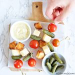 Vegetarische borrelspiesjes met kaas en mosterdsaus