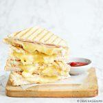Tosti kip en drie soorten kaas