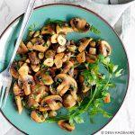 Gebakken champignons met knoflook, peterselie en kappertjes