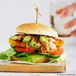 Kipsaté burger met satésaus, tomaat en komkommer